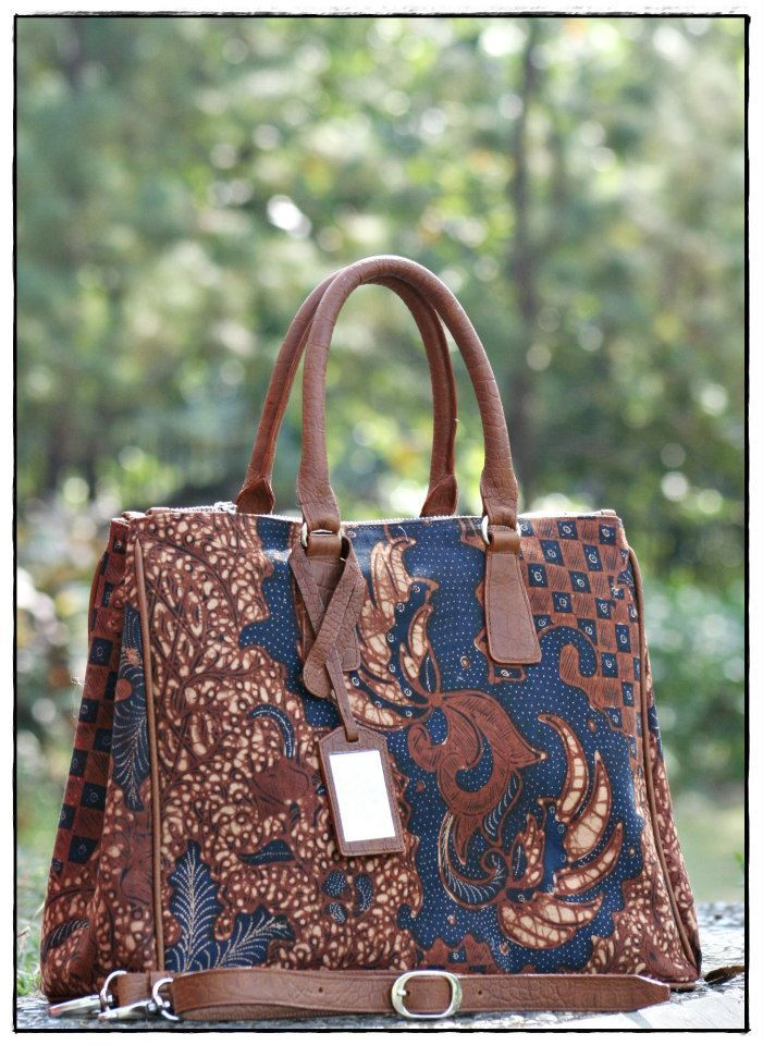 Love the rich blue color combined with the bronzed and rusty brown. A beautiful Uluwatu batik bag by Kunthi Batik