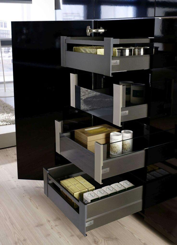 Komfortowe i piękne szuflady wewnętrzne ArciTech ukryte za frontem mebla wprowadzają w mieszkaniu porządek i redukują stres związany z poszukiwaniem w pośpiechu produktów spożywczych, ubrań czy kosmetyków.