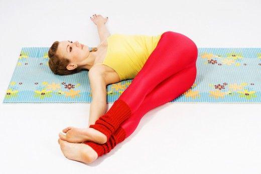 Эта асана сжимает прямую кишку. Лягте на спину и притяните на вдохе к себе колени. На выдохе положите их влево от себя и в сторону, голову поверните вправо — это будет хорошая растяжка для шеи. Задержитесь в этом положении на 5-10 вдохов и спокойно вернитесь в исходное положение. Повторите все то же самое на другую сторону. При этом следите за тем, чтоб плечевой пояс был прижат. Для того, чтобы не перекатываться с боку на бок, можно раскинуть руки в стороны и плотно прижать их к полу.