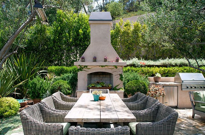 Reese Witherspoon's Home is What Backyard Dreams Are Made Of// out door kitchen, exterior kitchen, outdoor fireplace