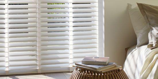 Regel eenvoudig de hoeveelheid lichtinval in je slaapkamer met houten luxaflex