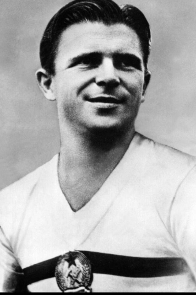 Ferenc Puskas, Hungria. Uno de los mas grandes goleadores de todos los tiempos, con el pie mas poderoso del mundo, estrella y capitan de la seleccion, 27 años, del Honved. Falleció el 17 nov 2006.