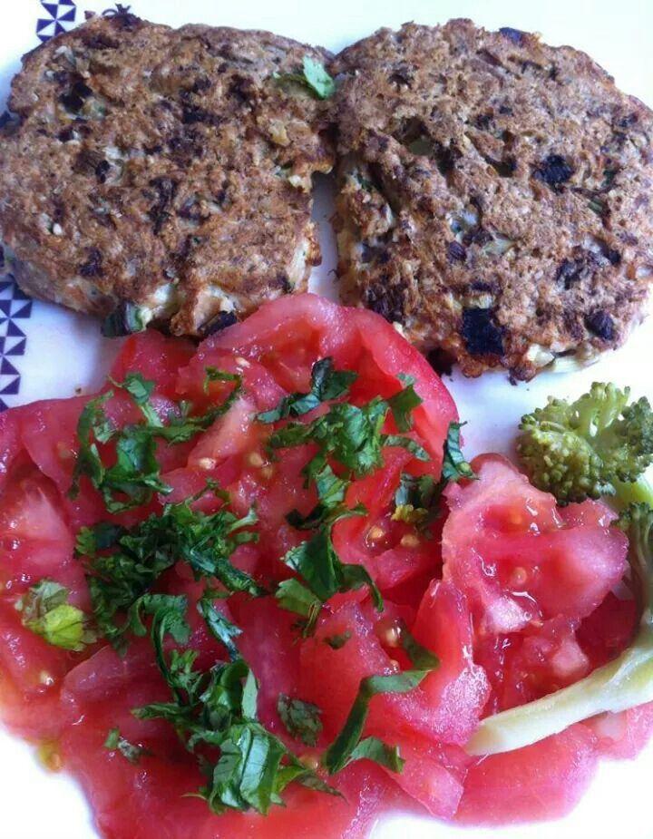 ALMUERZO / CENA ; croquetas de jurel, ensalada tomate, brocoli, palmitos, y cilantro