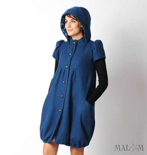 Manteau bleu forme boule, à capuche ronde