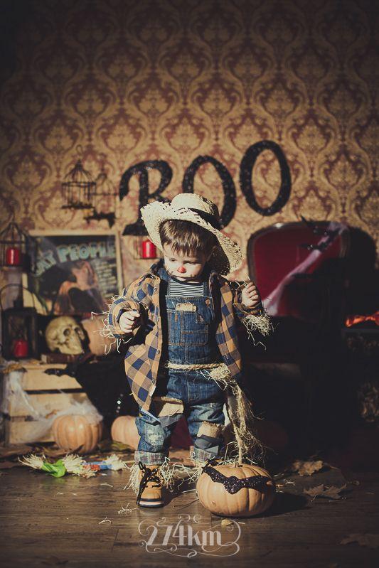 Sesión de fotos infantil de halloween en estudio en barcelona, sesión de fotos halloween, Fotógrafo de niños en Barcelona, photography, 274km, Gala Martinez, Hospitalet, Studio, estudi, estudio, nens, kids, children,  boy, niño, espantapájaros