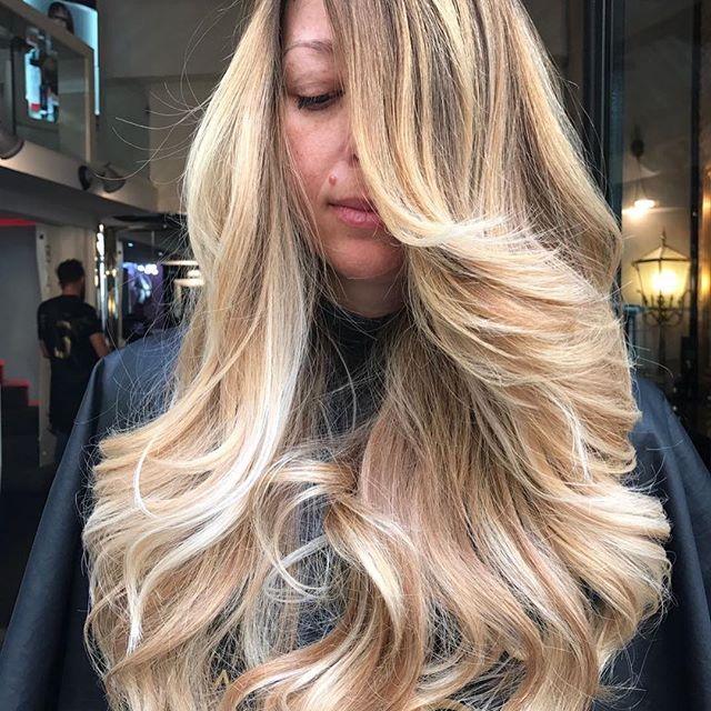 Il sole ☀️ nei capelli  Con il super paradise  Oro fuso e oro bianco un mix di biondo xhevrebdw particolare i tuoi capelli con taglio curativo e ciuffo paradise idratati e curato con la linea MAGNIFICA alla cheratina X punte sane e forte shopbalato.it
