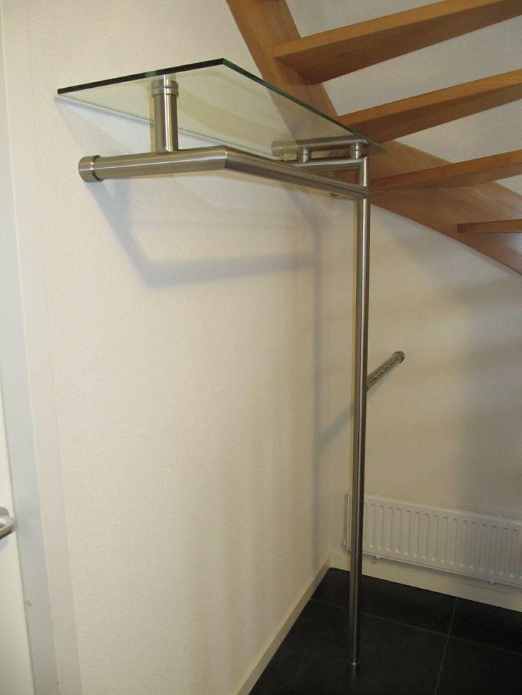 kapstok met glasplaat onder de trap