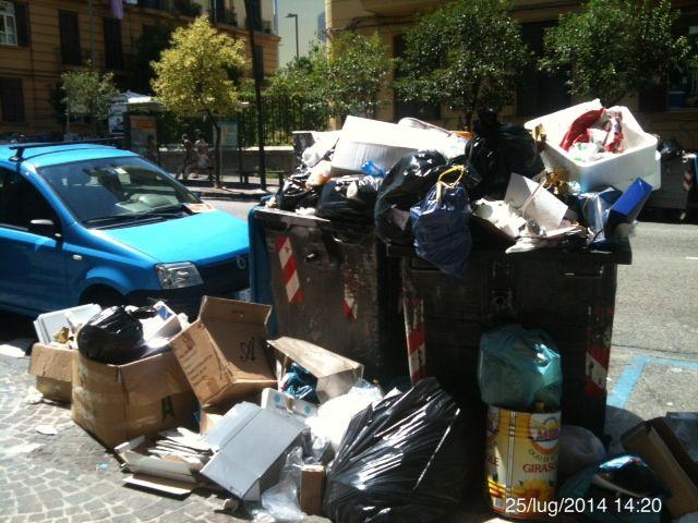 NAPOLI: CASSONETTI RICOLMI D'IMMONDIZIA IN VIA TINO DI CAMAINO http://www.napolitoday.it/blog/vomero/napoli-cassonetti-ricolmi-d-immondizia-in-via-tino-di-camaino.html
