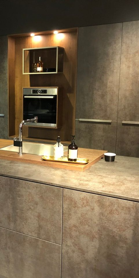 In dieser Küche ist nicht nur die Steinoptik ein Hingucker, auch die mit Holz umrahmten Küchengeräte können sich sehen lassen. #kueche #mhkkueche #küche #küchen #küchendesign #kücheninspiration #kitchen #kitchendesign #kitcheninspiration #homedecor #homedecorideas #designküche