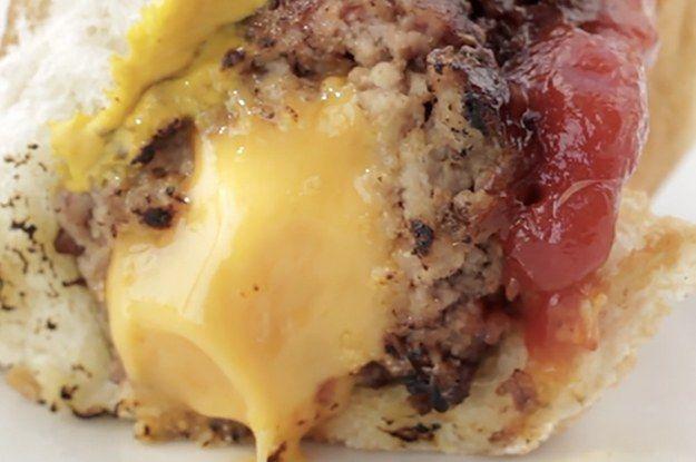 Aprenda a fazer o Burguer dog recheado com queijo: | Esse hambúrguer decidiu que seria um hotdog e teve o apoio de todos que participaram desse churrasco
