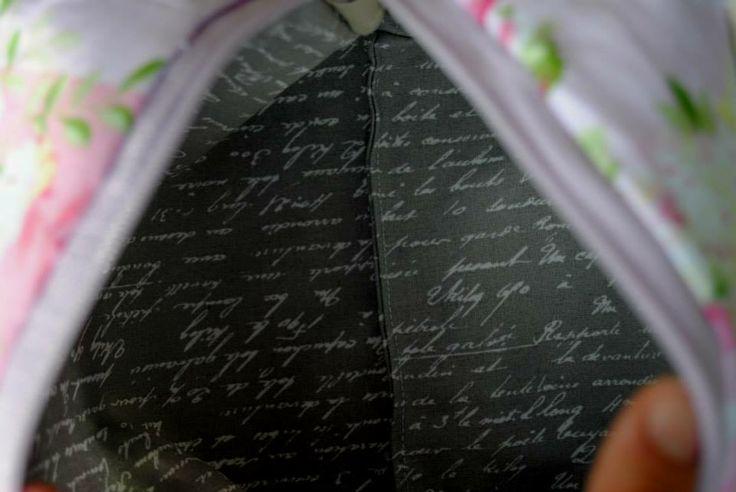 vnitřek taštičky ušité podle: http://fabricmutt.blogspot.cz/2014/01/ellie-travel-case-tutorial.html