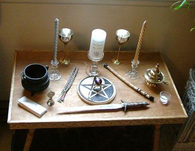 I like the setup of this altar, and yes, I tend to save every altar setup that I like.