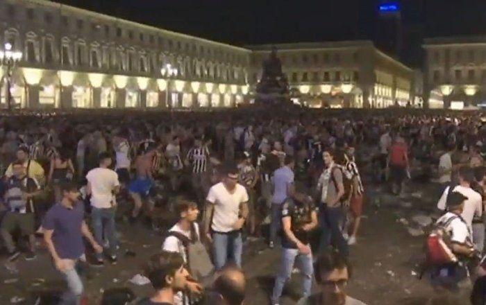 """In Turin ist beim Public Viewing des Champions-League-Finales zwischen Juventus Turin und Real Madrid am Samstagabend eine Massenpanik ausgebrochen, als ein Jugendlicher einen Knaller zündete und dabei """"Bombe"""" schrie. Dies berichten italienische Medien."""
