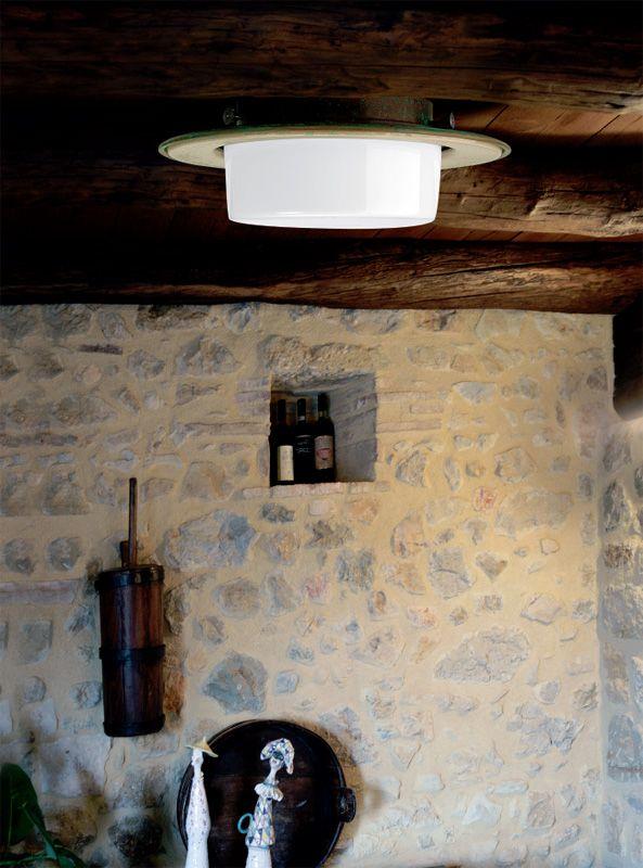 Capaeònga è una plafoniera con base in rame anticato, diffusore in vetro bianco-latte lucido ed anello in ceramica ingobbiata. La plafoniera in rame Capaeònga, perfetta in un ingresso o appesa sopra ad un tavolo, dona all'ambiente una luce calda ed avvolge