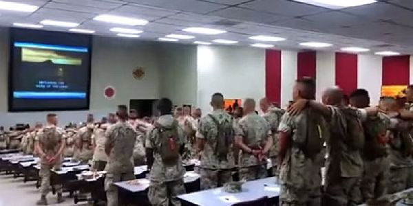 Video de soldados americanos cantando canción cristiana se vuelve viral en internet http://www.minggu.es/sociedad/item/441-video-de-soldados-americanos-cantando-cancion-cristiana-se-vuelve-viral-en-internet