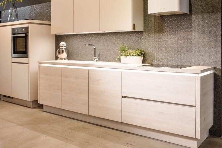 Complete keuken inclusief apparatuur, werkblad, kraan etc... Kom langs bij Janssen en Ko om u te laten verrassen door de prijs!