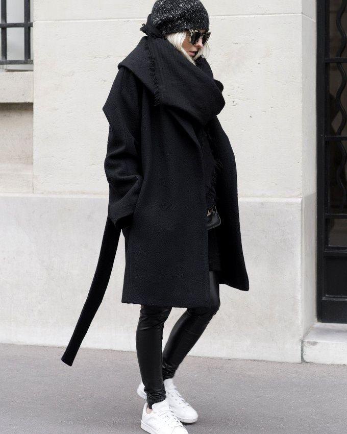 Volumineux manteau noir + slim en cuir carbone + baskets blanches = le bon mix (manteau Aritzia - blog Figtny)