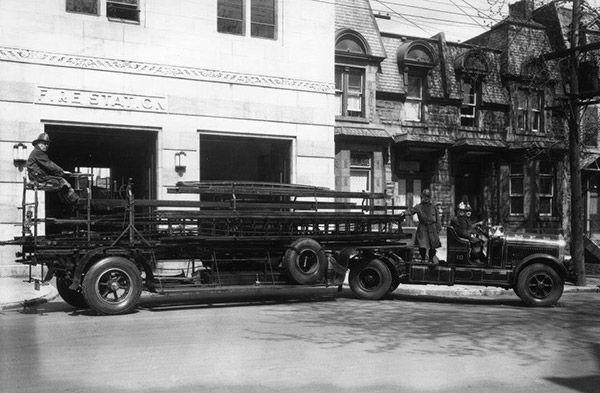 Le 4 mai 1938, pompiers à bord d'un véhicule équipé de la grande échelle devant la caserne no. 10 au 1684, rue Saint-Luc et circulant au coin des rues Saint-Mathieu et Sainte-Catherine.