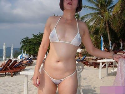 Tante Ana Pamer Bikini Seksi dan Transparan Sehingga Puting Susu dan Belahan Memeknya Terlihat.