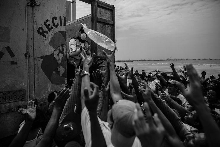 Категория «Текущие события и новости». Люди получают гуманитарную помощь после сильного землетрясения в Эквадоре. (Фото Sebastian Castañeda | Anadolu Agency | 2017 Sony World Photography Awards)