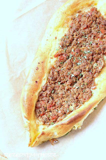 Rezepte mit Herz ♥: Pide - Türkische Teigschiffchen mit Hackfleisch gefüllt