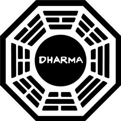 Dharma kerék: a jog és a szabályok ősi szimbóluma a buddhizmusban. A kerék küllői a buddhizmus nyolcágú ösvényét jelképezik: helyes szemlélet, helyes szándék, helyes beszéd, helyes cselekvés, helyes élet, helyes erőfeszítés, helyes éberség, helyes elmélyedés