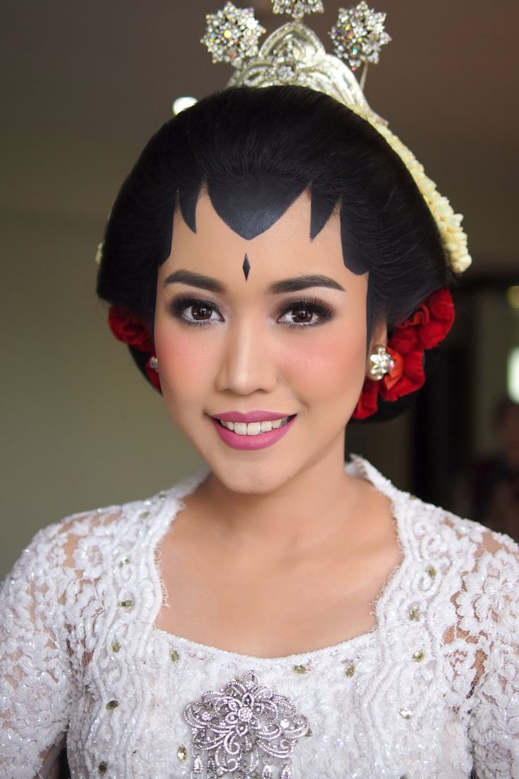 Rininta in Javanese tradition wedding makeup. IG: galmakeup #glowing #colorful