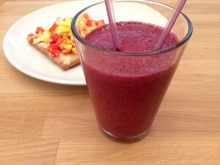 Jordbær-blåbær smoothie. En frisk og cremet smoothie med jordbær og blårbær. Lidt yoghurt, mælk og ren økologisk vaniljepulver.