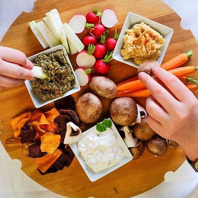 Liebe Plätzchenbäcker, wie wäre es mit etwas Herzhaftem nach all dem Süßen? Ich hätte da eine Platte mit knackigem Gemüse, ein paar Chips und drei verschiedenen Dips vorbereitet...man kann ja nicht nur von Keksen lebenRezepte gibt es gleich auf dem Blog! #abendessen #dip #snack #gemüse #gemüseliebe #rohkost #rohköstlich #ziegenkäse #kürbiskerne #kürbisliebe #hummus #gesund #gesundkochenistliebe #rezeptebuchcom #ichliebefoodblogs #dishup #foodgasmde #teilenerwünscht #häppchen #vegetarisch…