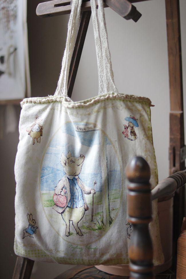 Mi Casita en el Bosque ♥ Ilustradoras ♥ Beatrix Potter ♥ La Maison Boop! Hoy es un día otoñal... si bien falta un mes para tal estación, parece que las montañitas la están extrañando. La madrugada nos regaló una lluvia que nos hizo descansar aún mejor... #beatrixpotter #peterrabbit