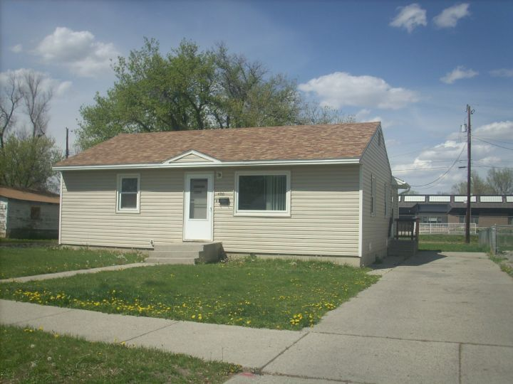 Southside 2 Bdrm House Billings Mt Rentals Send Notice 2 Bedroom 1 Bath House With New Windows Newer Flooring An Renting A House Bath House Outdoor Decor