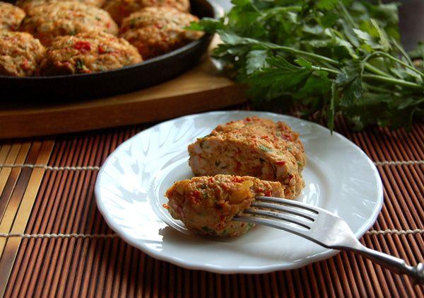 Куриные котлеты с овощами и карри...- 1 кг филе куриных бедер - 1 большой (или 2 маленьких) красный болгарский перец - 1 небольшая луковица - несколько веточек петрушки (или другой любимой зелени) - 1 яйцо - 0,5 ст.л. карри - соль, перец