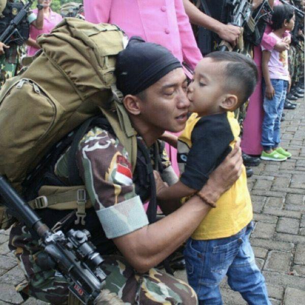 Anak anggota brimob pulang dari penugasan di poso.. merasakan kebahagiaan ketemu bpknya