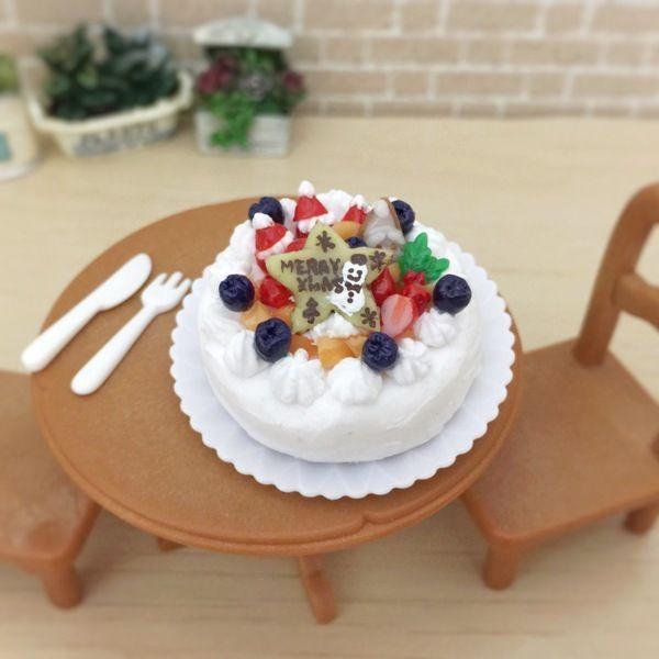 お客様が実際に作られたクリスマスケーキを再現致しました。大は500円サイズ。小は一回り小さいサイズです。かわいらしいデコレーション、みずみずしいフルーツを1つずつ作り、盛り付けております。●カラー:(大) 3.5 × 3.5cm(ケーキのみ)、4.2×4.2cm(お皿込み)     (小) 2.5 × 2.5cm(お皿込み) ●サイズ:長さ8cm (金具含む)、チャーム部分 3.5cm×2.5cm●素材:樹脂粘土、軽量樹脂粘土など●注意事項:パーツ全てを手作りしております。 注意を払っておりますが、細かな埃や指紋が付着している場合がございますので、ご了承ください。 とても小さなパーツを使用しておりますので、小さなお子様のお手に触れないようご注意ください。 水性ニス加工をしておりますが、既製品のような耐水性、耐久性はございませんので、水に濡れないようご注意ください。優しいお取り扱いをお願いいたします。●作家名:tokosweets #ミニチュアフード #食べ物 #食べ物の模型 #かわいい #食品サンプル #可愛い #フェイクフード #樹脂粘土 #スイーツ #スイーツデコ #リアル…