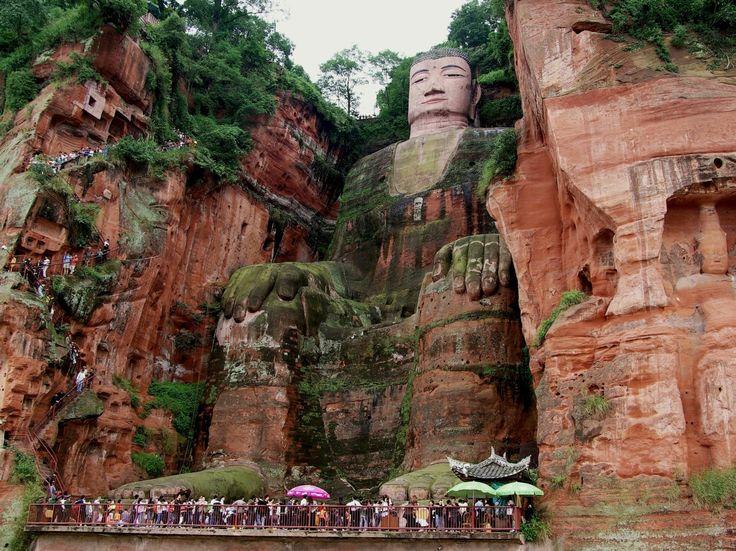 El gran Buda de Leshan es la estatua esculpida en piedra de Buda más alta del mundo. Fue construida durante la dinastía Tang. Está tallada en un acantilado que se encuentra en las confluencias de los ríos Min Jiang, Dadu y Qingyi, en la parte sur de la provincia china de Sichuan, cerca de la ciudad de Leshan. Desde luego es absolutamente espectacular con sus 71 metros de altura y 28 metros de ancho...
