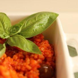 Ricetta dai sapori tipicamente estivi: un primo a base di bulgur condito con una crema di peperoni e pomodori, perfetto sia caldo che freddo. Veloce da preparare, gustoso e molto ...
