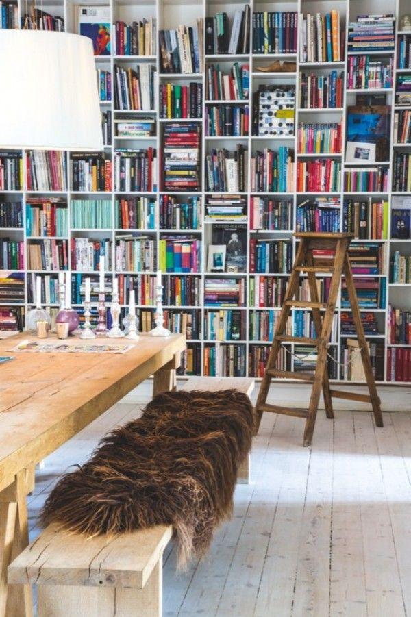 Grande bibliothèque murale et table en chêne  http://www.homelisty.com/appartement-scandinave-melange-ancien-contemporain/
