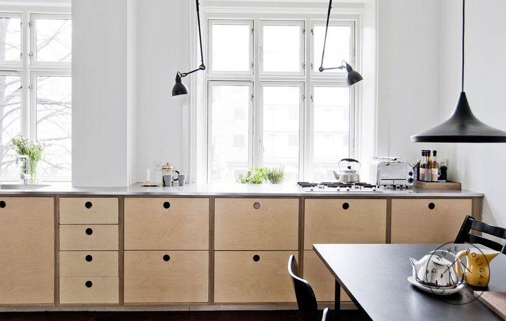 Køkkenet er udført med et gennemgående køkkenbord.