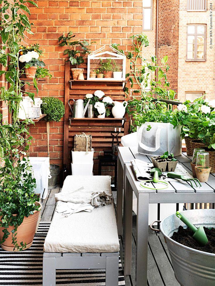 Gör iordning på balkongen och utnyttja ditt extra rum i sommar! Det är utan tvekan den skönaste platsen att vila och andas ut på efter en lång arbetsdag. Vi fyller på med grönskande klorofyll och välkomnar friska sommarvindar.