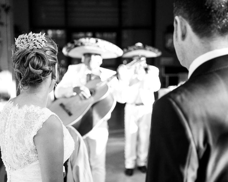 La boda de Mafalda y Julio en La Quinta de Jarama fue tan divertida que había hasta un grupo de Mariachis tocando en directo. Fotografía: instantanea y Toma primera, Wedding Planner: #bodaswedding  #novios #boda #mexico #mariachi #musica #banda