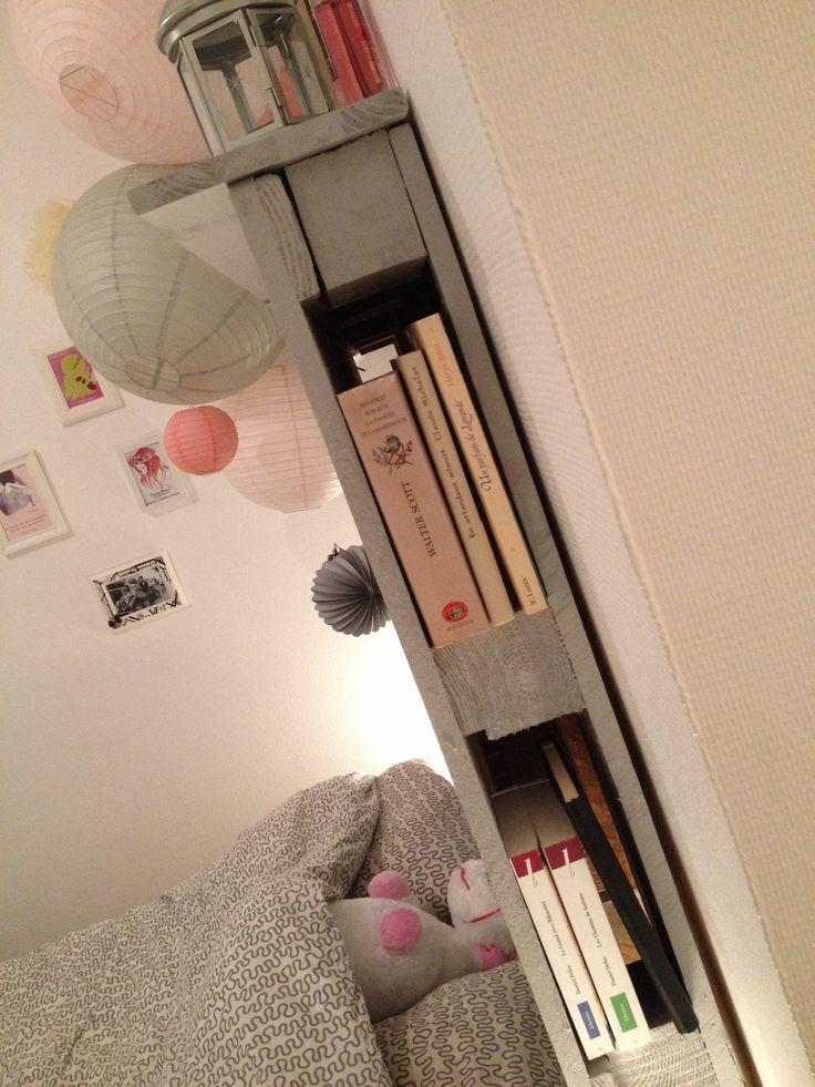 Tête de lit en palettes sert aussi de bibliothèque ;)
