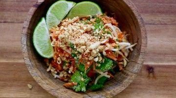 Salade Thaï - Je vous propose une recette qui fera bientôt partie de vos classiques de l'été. J'ai appris à préparer cette salade lors d'un voyage en Thaïlande, où je prenais des cours de cuisine dans un petit restaurant végétarien de Bangkok. Cette salade est savoureuse et la sauce qui l'accompagne peut également être servie avec le tofu ou le tempeh. Régalez-vous!