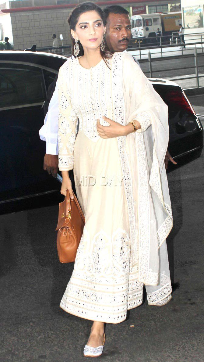 Photos: Sonam Kapoor, Soha Ali Khan, Huma Qureshi at Mumbai airport - Entertainment  #middaybollywood #bollywoodactors #bollywoodmovies #bollywoodphotos #bollywoodfashion #bollywoodinstant #bollywoodgossip #bollywoodupdates #airportfashion #flyingavtar