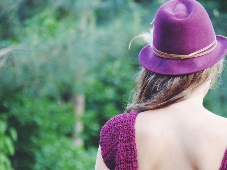 Pull décolleté dans le dos, bordeaux fait au crochet par La French Pique / Hand crocheted sweater, made by La French Pique