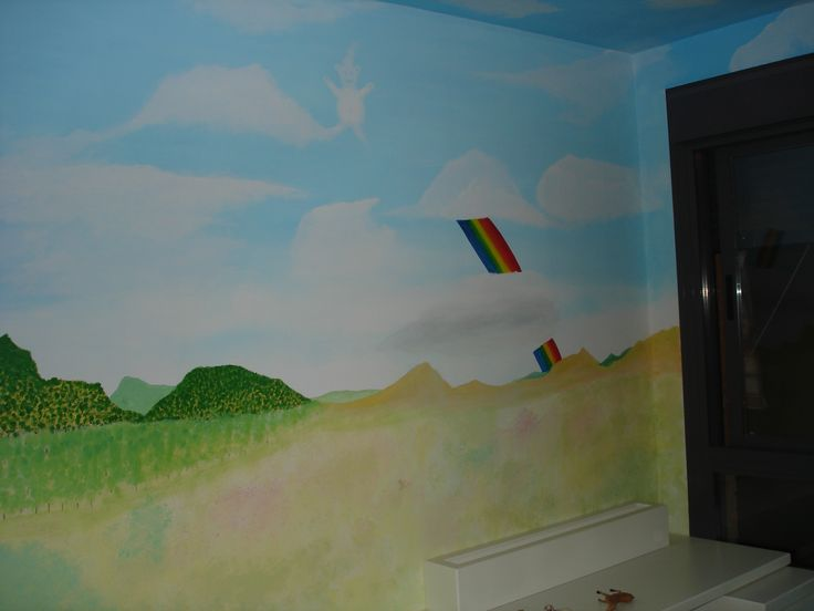 Pintura Mural de arco iris entre nubles, en un dormitorio infantil.
