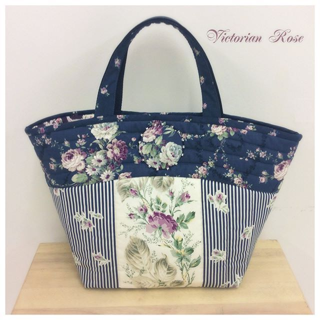 「Victrian Rose」 by Ruru Bouquet Inspired by the Victorian time period featuring deep,rich shages of blue, rose, purple, chacoal and ivory. This collection embodies sophistication. ↓ ↓ HOW TO MAKE ↓ ↓ http://www.quilt-gate.com/gallery_RU2320_bag.php #quiltgate #rurubouquet #rose #Englishrosegarden#loverose #handmade #cotton #Japanesefabric #fabric #japan #madeinjapan #nihon #nippon #patchwork #modern #tapestry #quilt #blue #キルトゲイト #ローズ #バラ #ルルブーケ #カルトナージュ