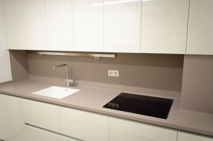 Cocina modelo SYSTEM COLLECTION, laminado en blanco brillo.  Encimera de Krion.