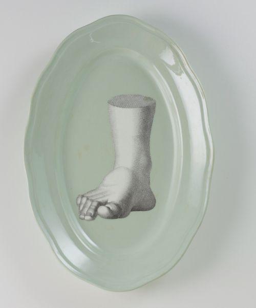 """PiattoUnico """"Volume"""" [Volume] Piatto da portata ovale verde salvia, Società Ceramica Italiana di Laveno. Al suo interno, immagine tratta da un vecchio manuale di disegno."""