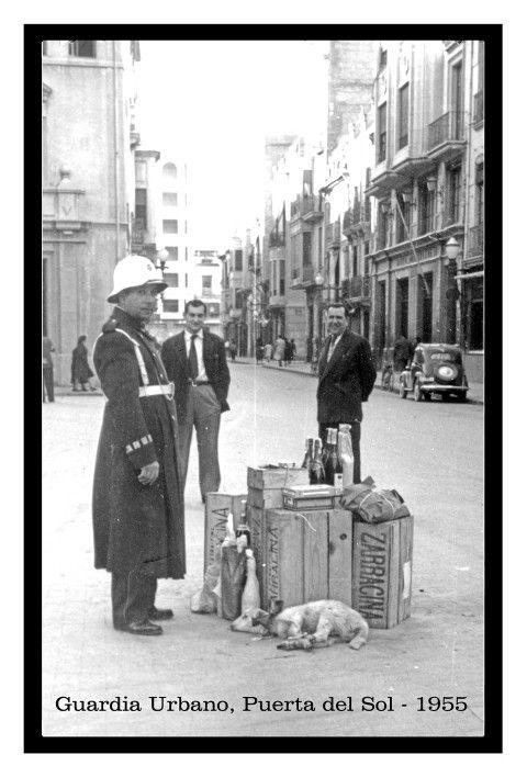 Antigua foto del guardia urbano (1955) en la Puerta del Sol con los aguinaldos que le regalaban algunos conductores  MADRID