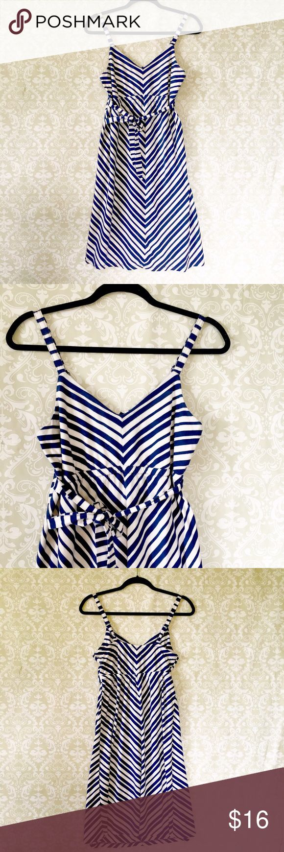 Maternity chevron dress Old Navy maternity dress in blue and white chevron pattern. Has a tie belt and adjustable shoulder straps. Knee length. Size XS. Old Navy Dresses